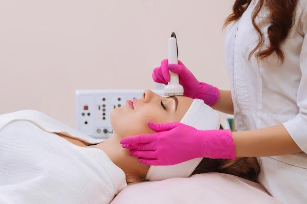 Procedura kawitacji ultradźwiękowej. procedura przeciwstarzeniowa, liftingująca.