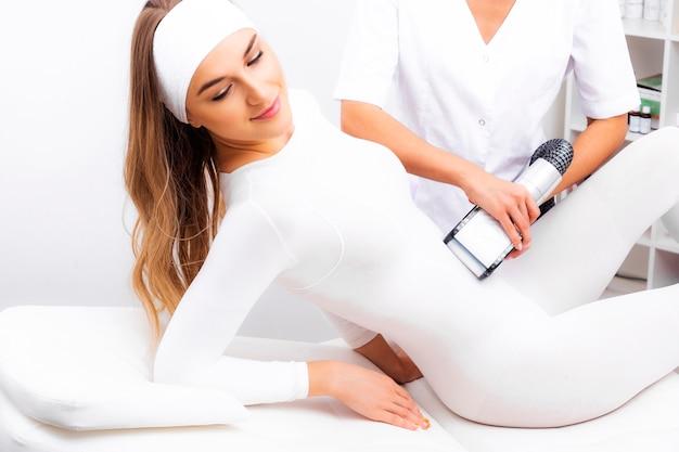 Procedura masażu wyszczuplającego sprzętem. masaż antycellulitowy lpg.