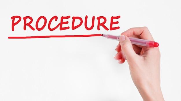 Procedura pisania odręcznego napisu z czerwonym znacznikiem koloru, koncepcja, obraz pień