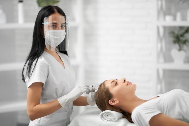 Procedura poprawy wzrostu włosów w gabinecie kosmetycznym