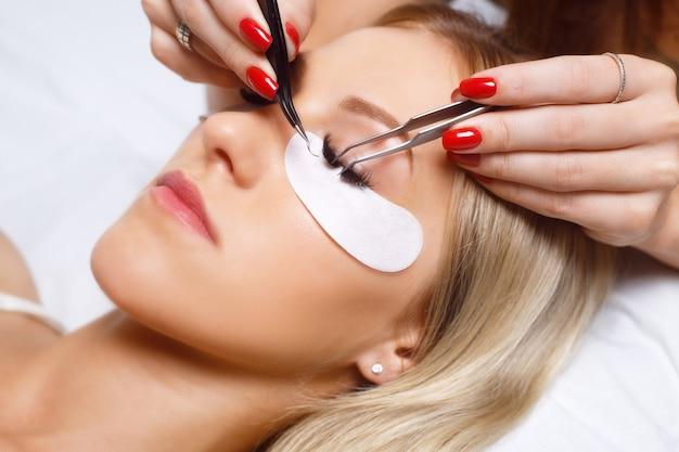 Procedura przedłużania rzęs. kobieta oko z długimi rzęsami. rzęsy, z bliska.