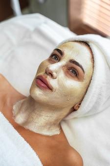 Procedura urody kobiety maska na twarz