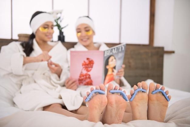 Procedura w salonie spa. selektywne skupienie kobiecych stóp podczas zabiegu salonu spa