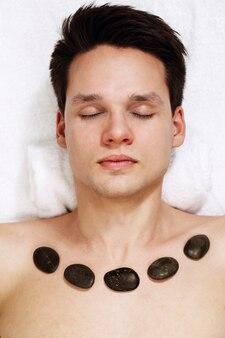 Procedura z użyciem gorących kamieni