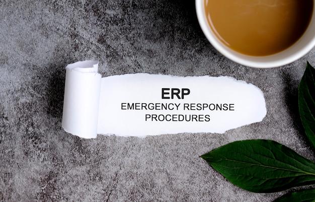 Procedury reagowania w sytuacjach awaryjnych erp z filiżanką kawy i zielonym liściem.
