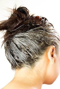 Proces barwienia włosów. kobieta dostaje nowy kolor włosów.