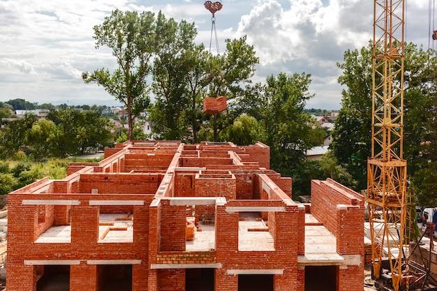 Proces budowy domu murowanego budowa z żurawiem wieżowym