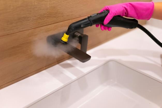 Proces czyszczenia łazienki