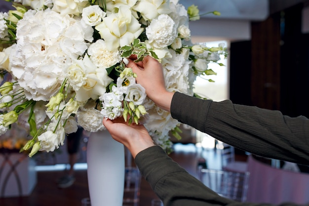 Proces dekorowania dużego bukieta białych róż