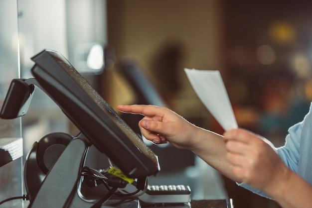 Proces drukowania faktury dla klienta, procesor kart kredytowych, drukarka paragonów z rachunkiem papierowym i monitor dotykowy, pos