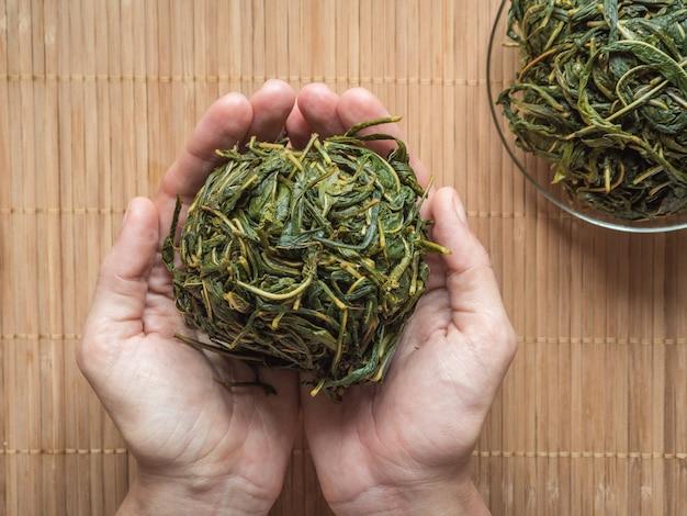 Proces fermentacji liści herbaty. produkcja ręczna koporye tea - herbata ivan.