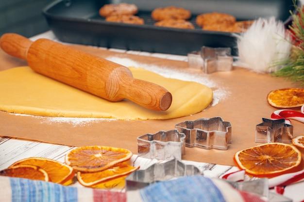 Proces gotowania ciasteczek imbirowego chleba z bliska