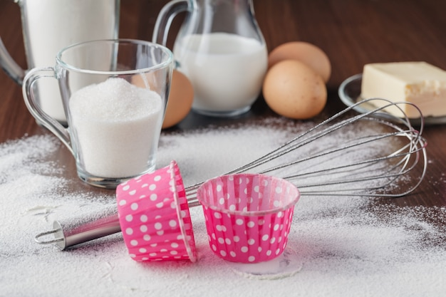 Proces gotowania. mieszanka suchych składników na biszkopt, bułki, babeczki lub muffinki. etap przygotowawczy. koncepcja pieczenia i gotowania, składniki i przybory kuchenne.