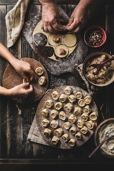 Proces gotowania pierogów rosyjskiej i ukraińskiej żywności narodowej.