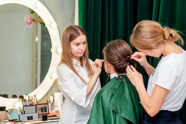 Proces makijażu i fryzury.