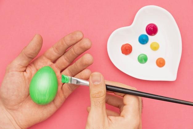 Proces malowania jaj na płasko