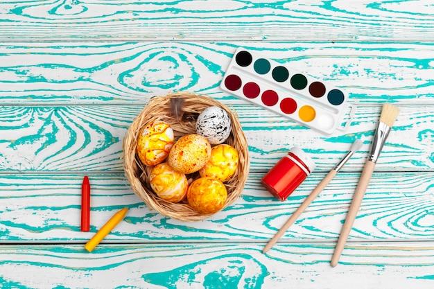 Proces malowania pisanek. przygotowanie do wielkanocy.