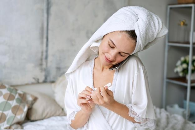 Proces manicure do pielęgnacji paznokci