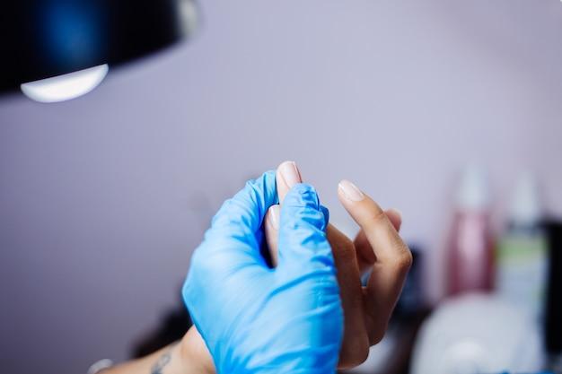 Proces manicure sprzętowego