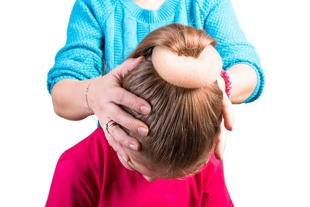 Proces modelowania fryzur z babette. pojedynczo na białym tle. w dowolnym celu.
