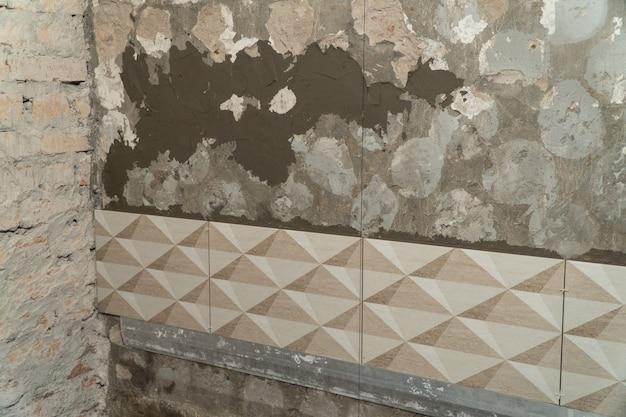 Proces montażu płytek dekoracyjnych na ścianie w łazience