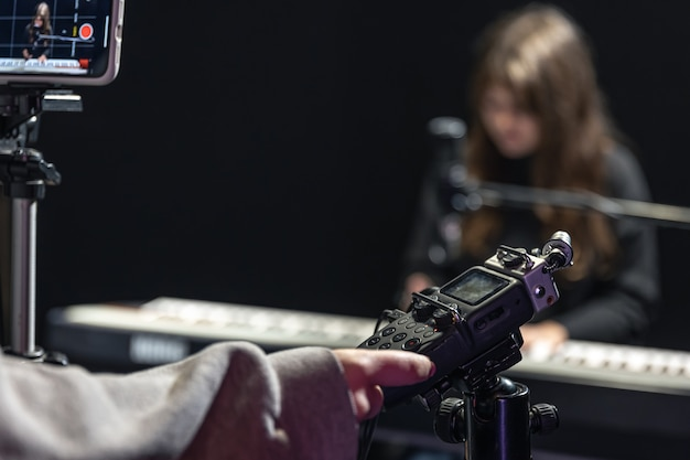 Proces nagrywania treści wideo do nauki gry na pianinie, profesjonalne nagrywanie dźwięku.