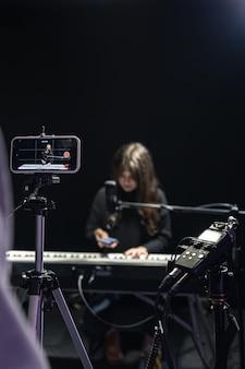 Proces nagrywania treści wideo do nauki gry na pianinie