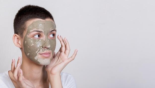 Proces nakładania leczenia błotem twarzy