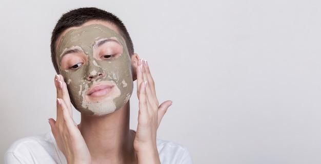 Proces nakładania zabiegu na błoto twarzy