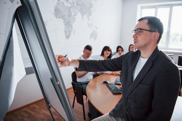 Proces nauczania. grupa ludzi na konferencji biznesowej w nowoczesnej klasie w ciągu dnia