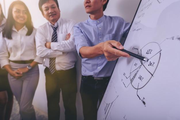 Proces pracy profesjonalistów. grupa ludzi biznesu analizowania danych po spotkaniu w biurze