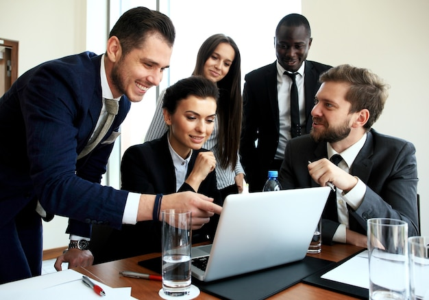 Proces pracy zespołu biznesowego. profesjonalna ekipa fotograficzna pracująca nad nowym projektem startowym. spotkanie kierowników projektów. analizuj plany biznesowe laptopa.