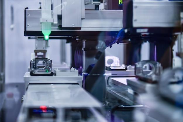 Proces produkcji części kamer w zakładach przemysłowych na przenośnikach taśmowych