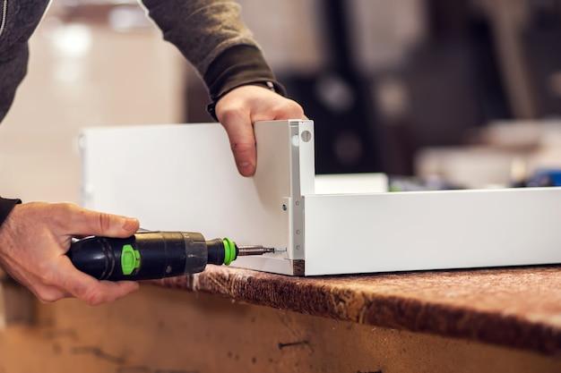 Proces produkcji i wytwarzania mebli drewnianych w fabryce mebli.