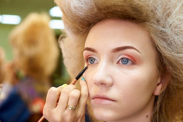 Proces profesjonalnego makijażu.