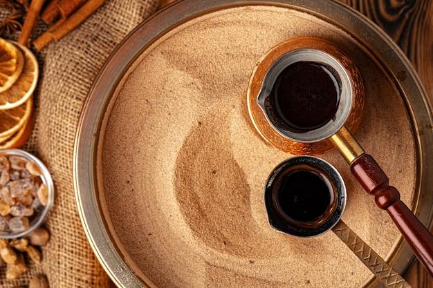 Proces przygotowania kawy w turku w cezve na piasku
