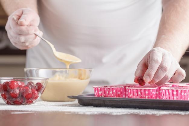 Proces przygotowywać babeczki w kuchni, składnika zbliżenie horyzontalny