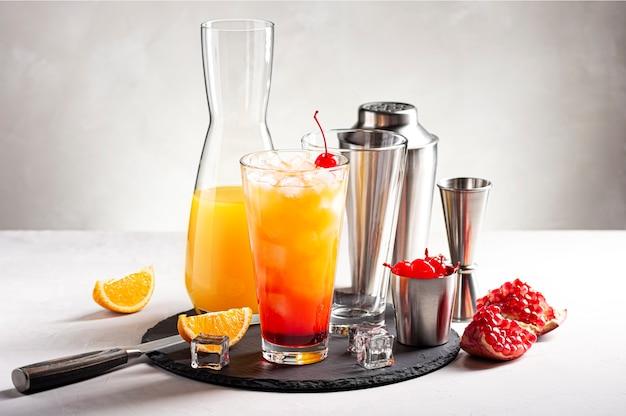 Proces przyrządzania koktajlu alkoholowego tequila sunrise