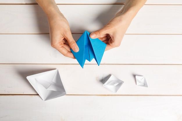Proces ręcznego wytwarzania papieru origami łodzi