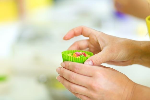 Proces robienia babeczek. tworzenie ciast przez profesjonalnych cukierników