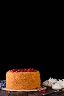 Proces robienia deserów. ciastka śmietankowe, babeczki, ciastka, artykuły spożywcze. kuchnia i cukiernia produkują desery.