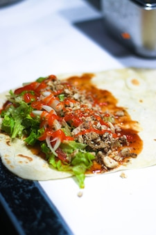 Proces robienia kebabów z sosem chili