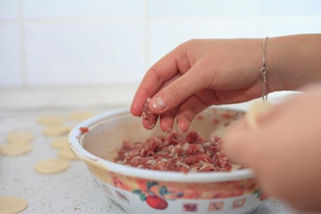 Proces robienia ravioli, pielmieni lub pierogów z mięsem wieprzowym