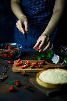 Proces robienia tarty z truskawkami