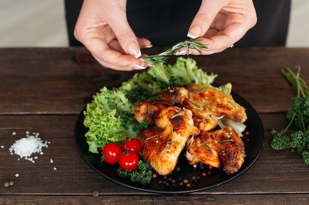 Proces serwowania pikantnego kurczaka w restauracji