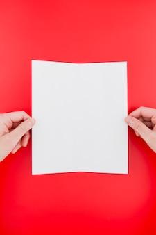 Proces składania broszury w widoku z góry