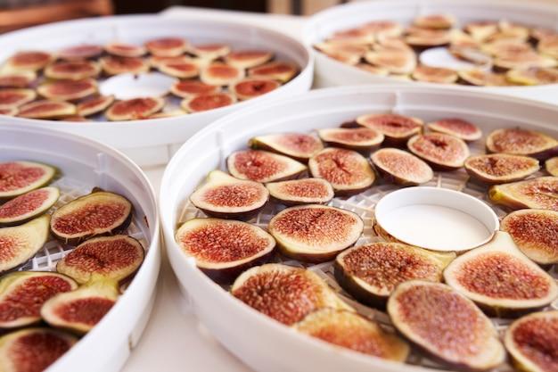 Proces suszenia pokrojonych fig z bliska