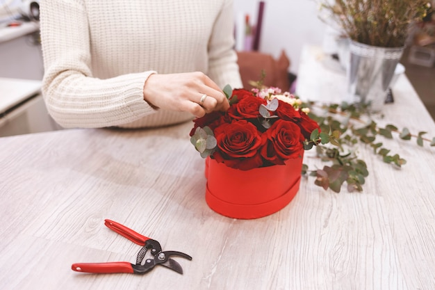 Proces tworzenia kapeluszy z kwiatami