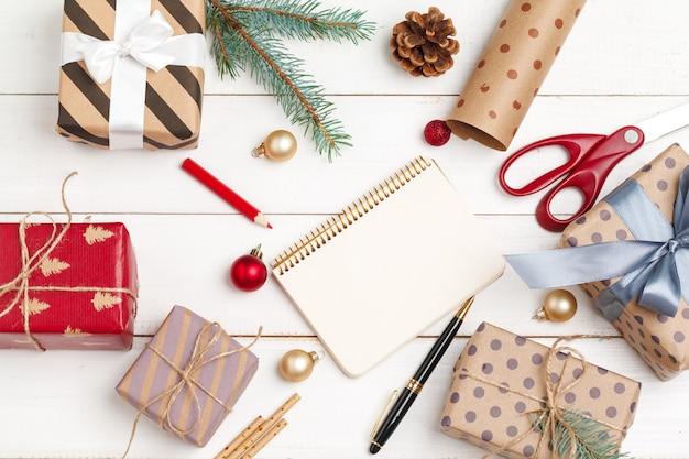 Proces tworzenia kartki z życzeniami nowego roku christmnd, widok z góry