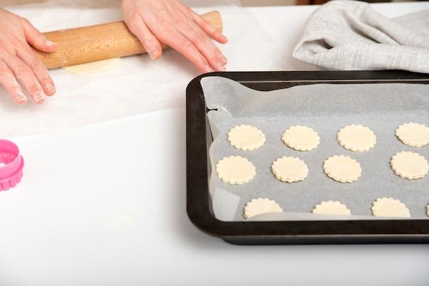 Proces tworzenia plików cookie. kucharz przygotowuje ciasto na kruche ciasteczka. domowe wypieki